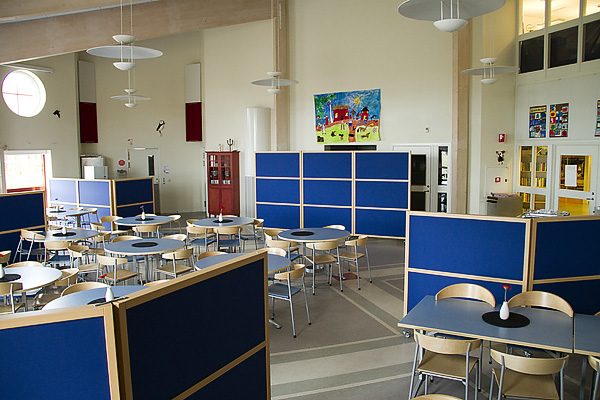 Ljudabsorberande skärmar i skolmatsal