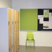 Anslagstavla ljudabsorbenter i skolmiljö