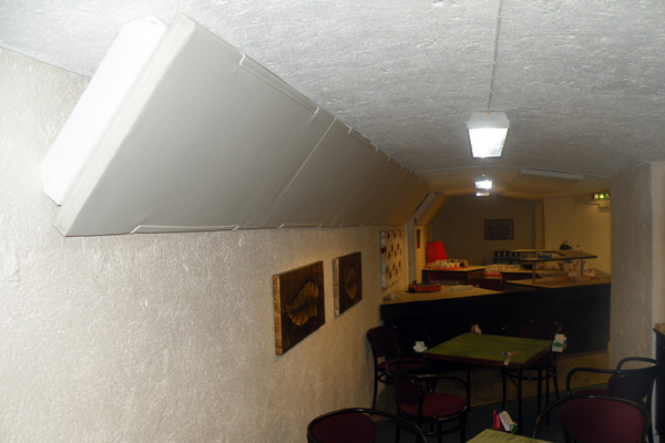 Corner ljudabsorbent för lågfrekvent ljud monterad diagonalt