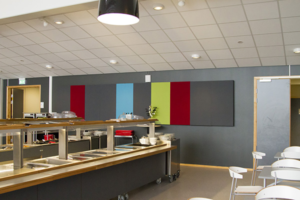 Flex basabsorbenter på vägg i matsal