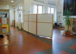 Prisvärd skärmvägg i vitt i skolmiljö