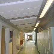 Sonett ljudabsorbent i trådkorg monterad i tak i korridor