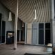 Ljuddämpande gardiner utmed vägg