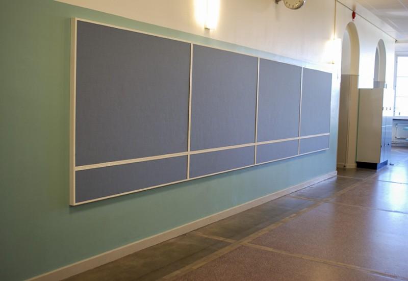 Väggabsorbenter i ram i korridor.