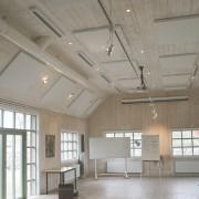 Palett ljudabsorbent monterad i tak och på vägg