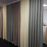Ljuddämpande gardiner i ull i kontorsmiljö
