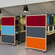 Kontorsskärm med olika färger i matsal