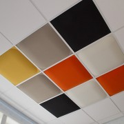 Valvett ljudabsorbent i olika färger monterade i bärverkstak