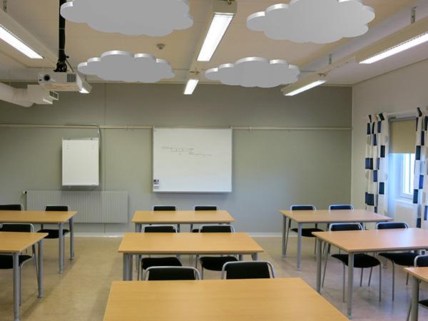 Ljudabsorbent formade som moln monterade i taket i ett klassrum