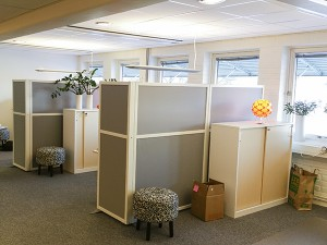 Skärmväggar med vit ram i kontorsmiljö