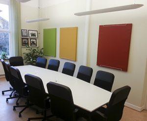 Anslagstavla ljudabsorbenter i olika färger i konferensrum