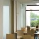 Vita ljuddämpande gardiner utmed fönster och vägg